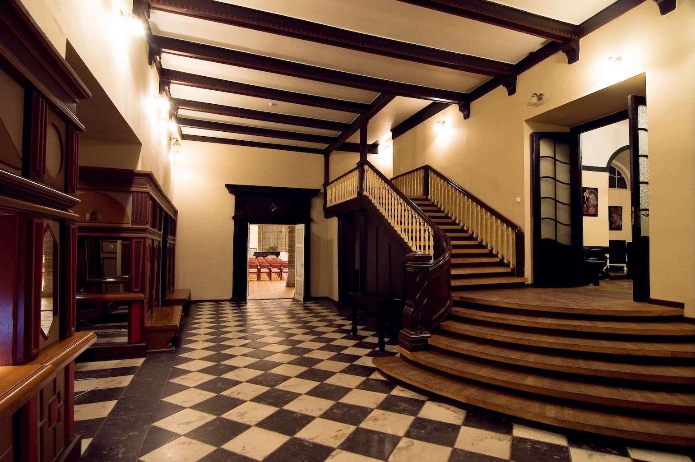 Холл Дома Черноголовых