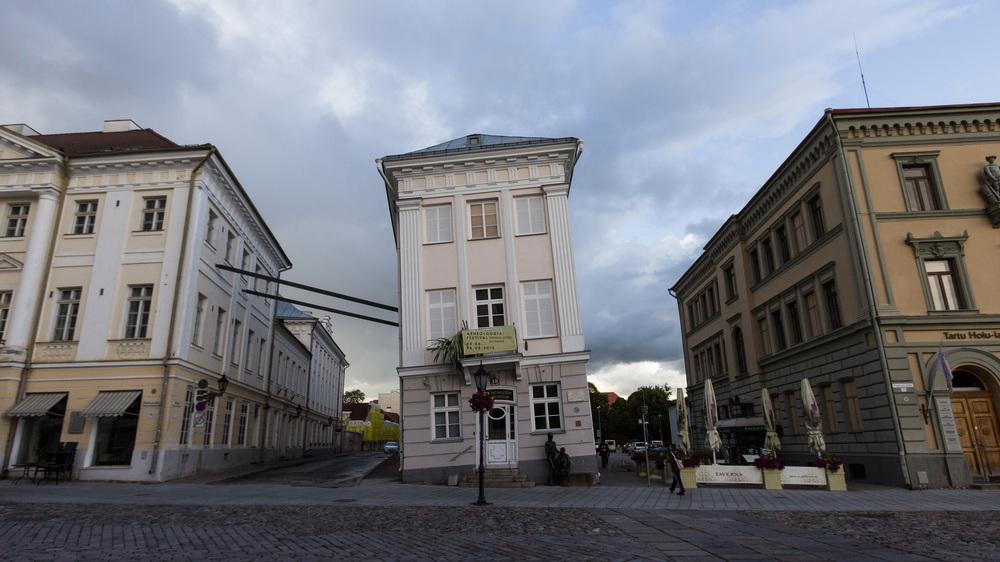Падающий дом, Ратушная площадь, Тарту