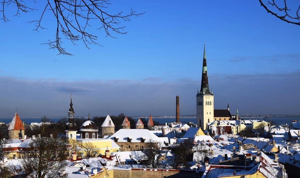 Панорамный вид на церковь Олевисте в Таллине зимой