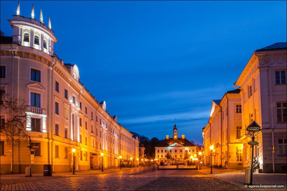 Тартуская Ратуша и площадь в вечернее время