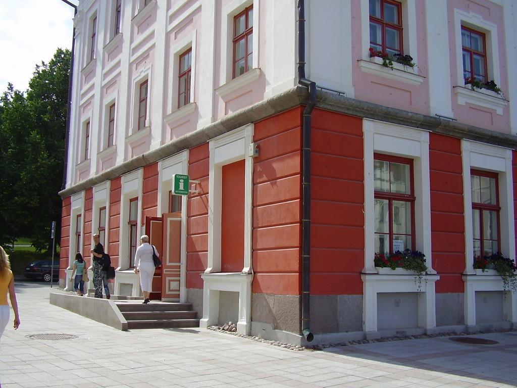 Ратуша на площади в Тарту