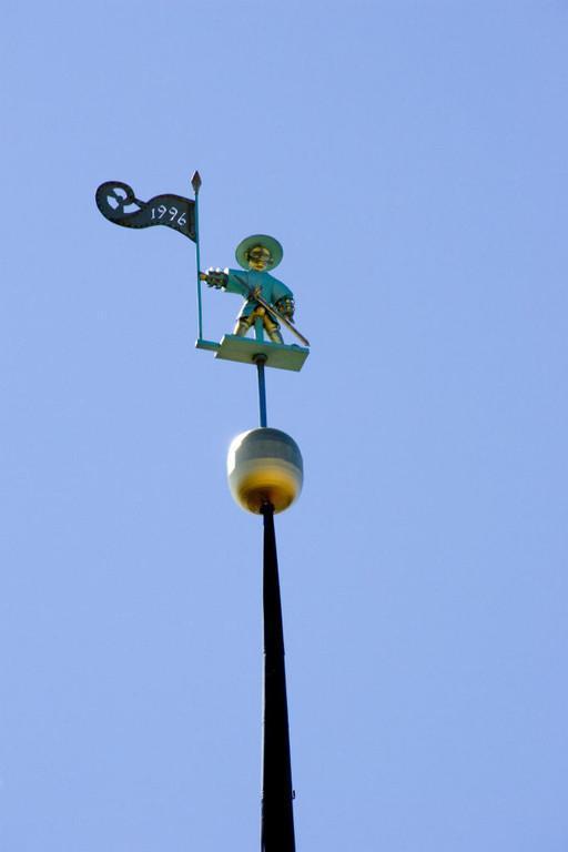 Ратуша в Таллине: флюгер с изображением Старого Томаса