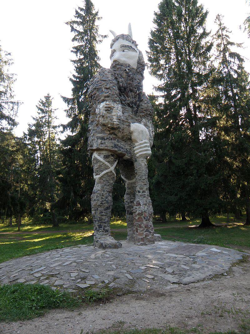 Скульптура Калевипоэга в парке замке Глена