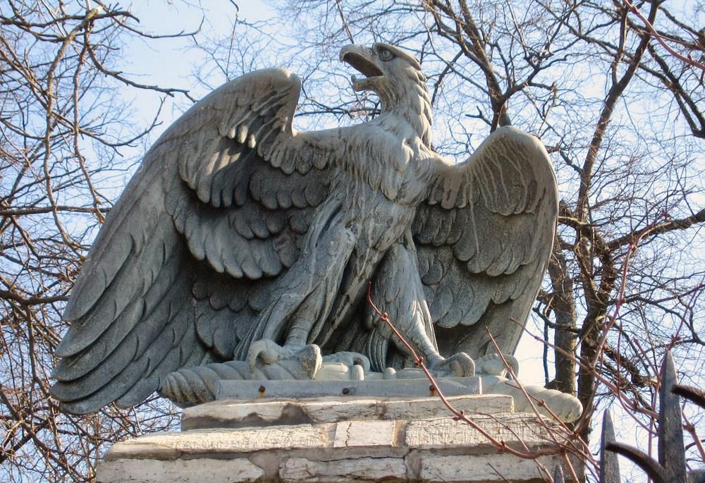 Скульптура орла на воротах замка