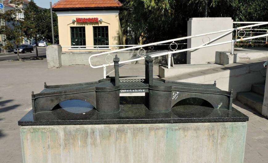 Макет каменного моста, на месте которого сейчас построен арочный мост