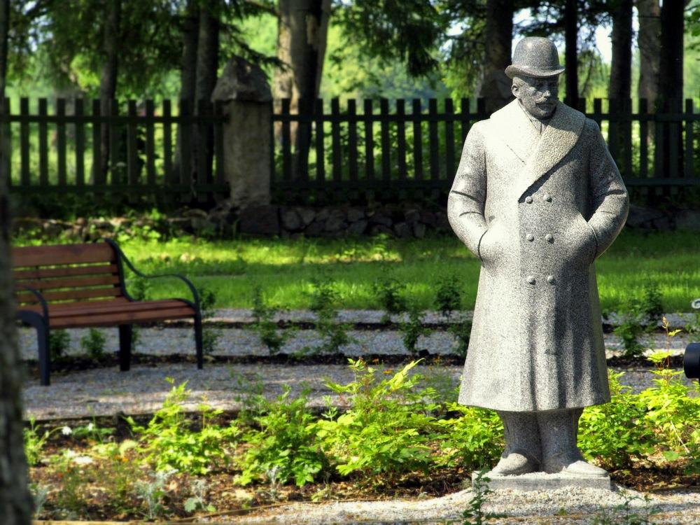 Парк возле замка Таагепера в Эстонии
