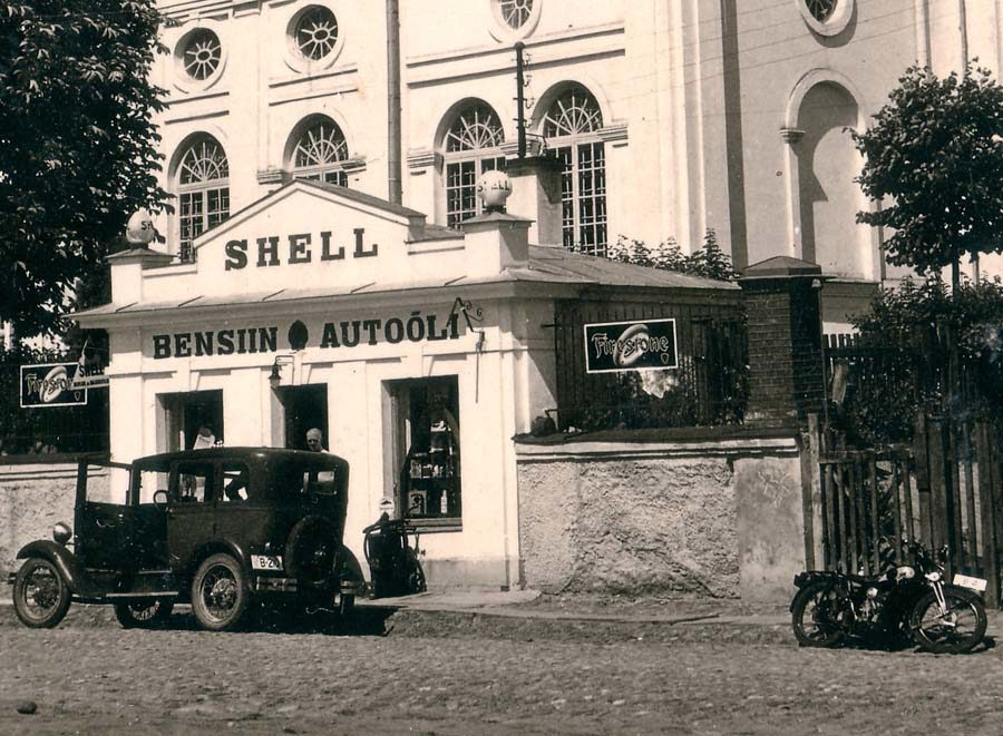 Заправка возле Успенского собора в Тарту, 1920 год