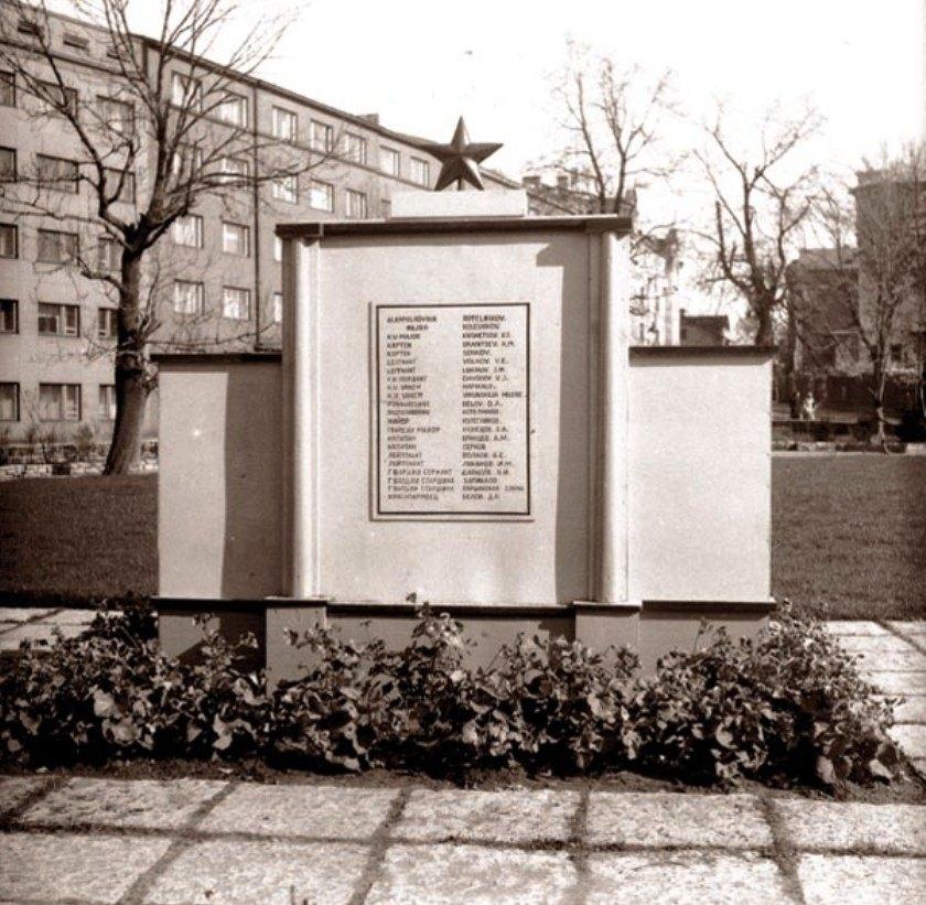 Временный памятник на братской могиле освободителей Таллина, 1945-1946 гг