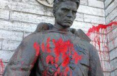 Эстонские вандалы глумятся над памятником, 2007 год