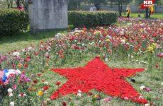На военном кладбище Таллина в день 9 мая