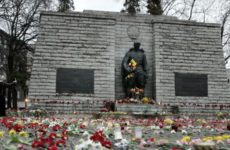 Бронзовый солдат на холме Тынисмяги до переноса
