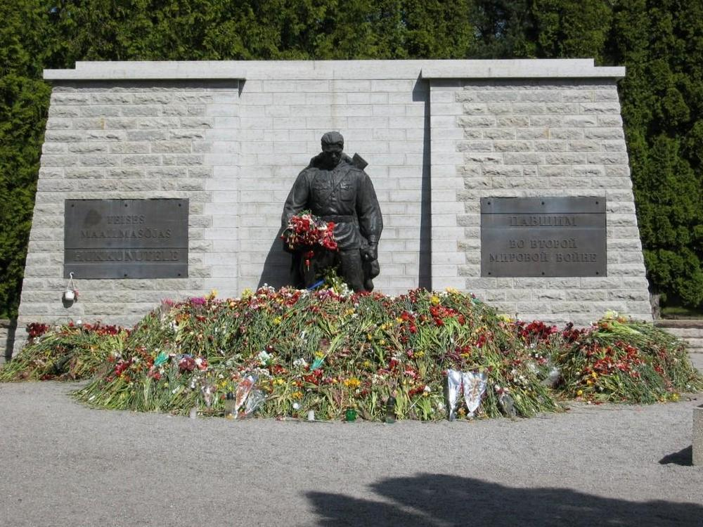 """Новый памятник """"Воинам освободителям"""" на военном кладбище"""