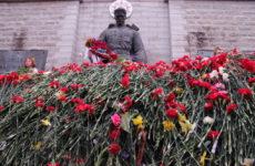 Каждый День победы Бронзовый солдат утопает в цветах