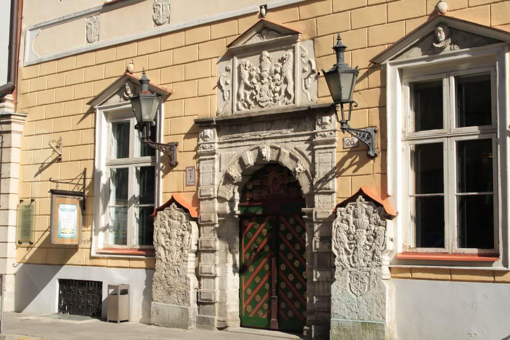 Герб гильдии Черноголовых: пара геральдических львов держат щит, на котором изображена голова Св. Маврикия