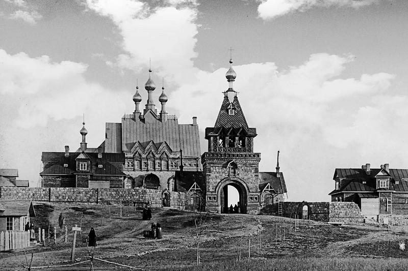 Строительство Святых врат. На заднем плане первая Успенская церковь. 1892 год